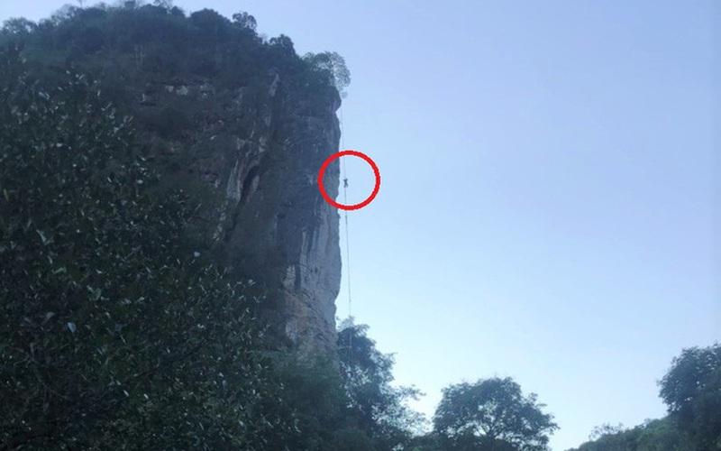 CLIP: Người đàn ông bị ong đốt tử vong, treo lơ lửng trên vách núi