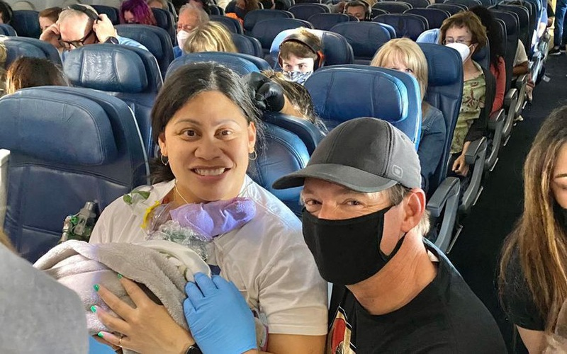 Người phụ nữ không biết mình mang thai đã sinh con trên chuyến bay giữa Thái Bình Dương