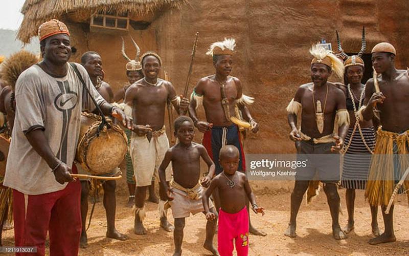 """Châu Phi: Bộ tộc Somba gây kinh ngạc với thủ thuật tăng kích thước """"của quý"""""""