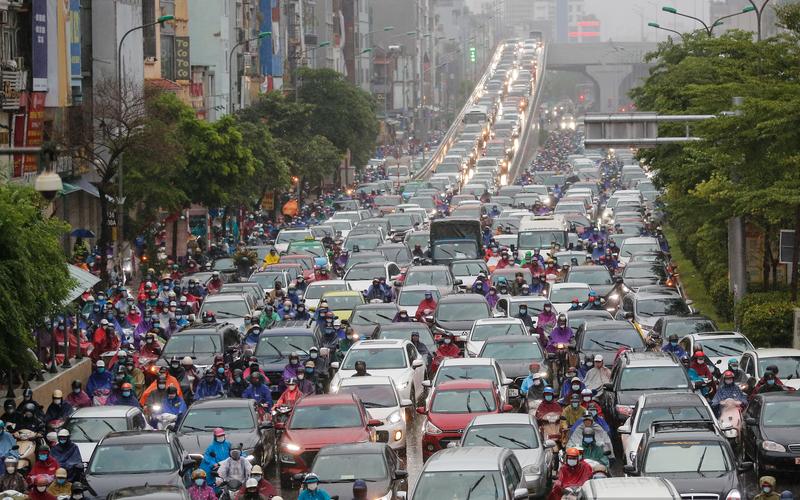 Nhiều tuyến đường Hà Nội ùn ứ kéo dài, người dân chôn chân trong mưa rét ngày đầu tuần