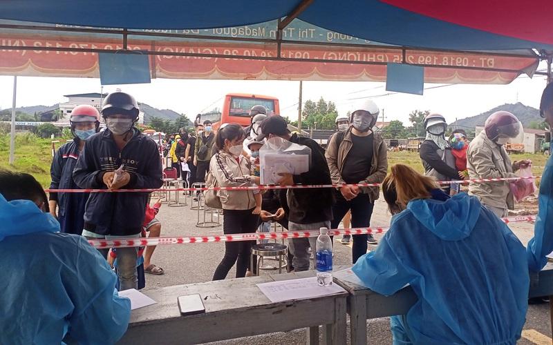 Người dân từ TP.HCM và một số tỉnh về Lâm Đồng đông, chốt số 1 đèo Chuối quá tải