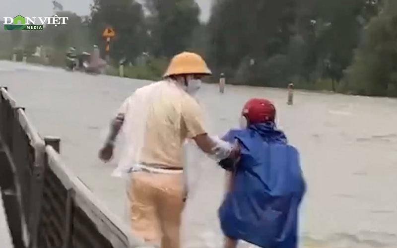 TT-Huế: Thủy điện xả lũ, nhiều tuyến đường chìm trong nước, CSGT bì bõm lội lũ hỗ trợ người dân