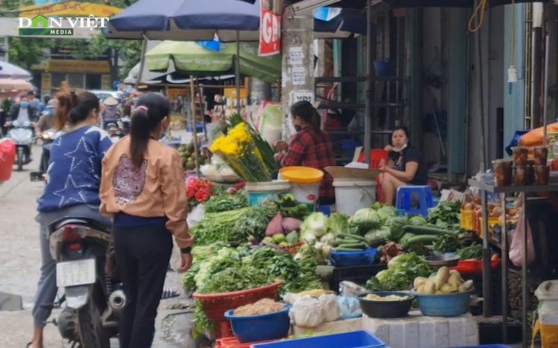 Giá rau xanh tăng mạnh khiến cả người mua và người bán đều ngỡ ngàng