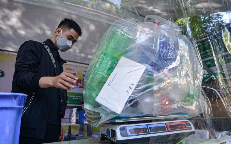 Hà Nội: Cận cảnh gian hàng đổi chai nhựa, vỏ lon... lấy rau củ quả