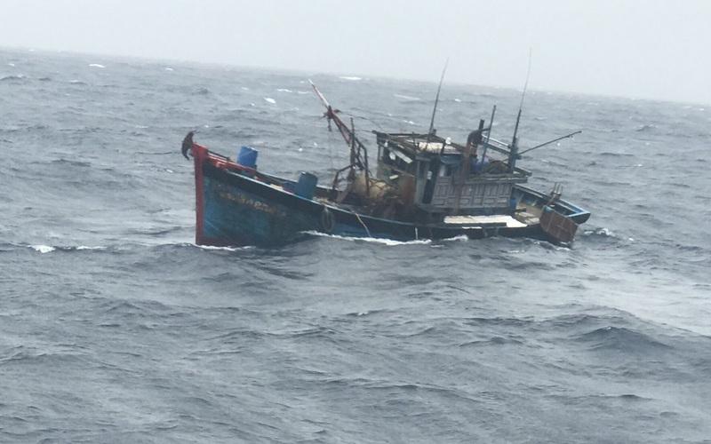 1 tàu chìm trong sóng biển cao 3m, Đà Nẵng cấm biển