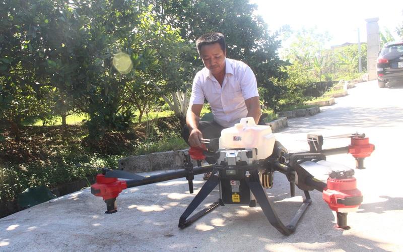 """Hà Nội: Làm nông nghiệp công nghệ cao, ở đây dân còn xuống tiền """"rinh"""" hẳn máy bay không người lái"""