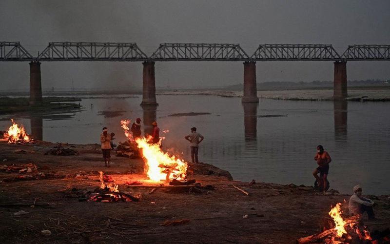 Trên dòng sông linh thiêng nhất Ấn Độ nhiều thi thể trôi nổi, lò hỏa táng hoạt động suốt ngày đêm
