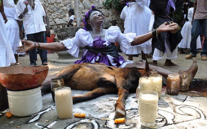 """Lạ kỳ với lễ hội Fete Gede ở Haiti, người tham dự phải bôi phủ bột trắng cả ở """"của quý"""""""