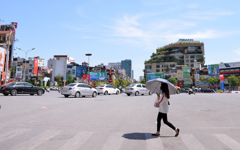 Ảnh: Đường phố Thủ đô vắng tanh vì nắng nóng lên tới 40 độ C