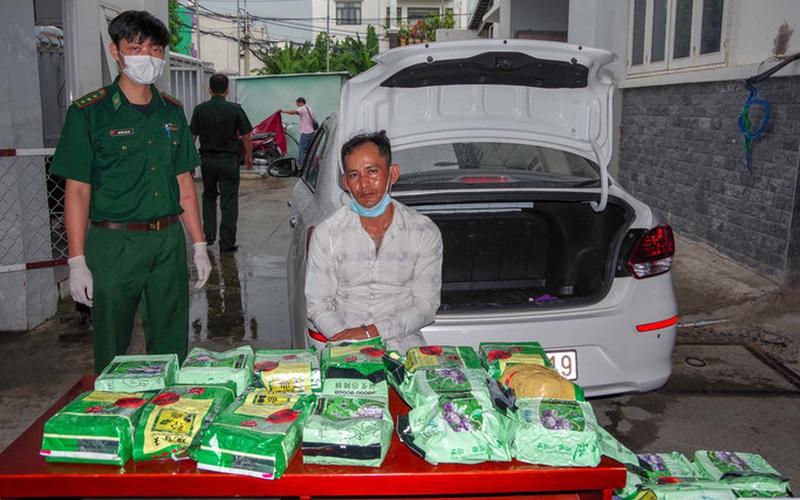 Clip: Bất ngờ người đàn ông vận chuyển 20kg ma túy ngụy trang trong túi đựng trái cây