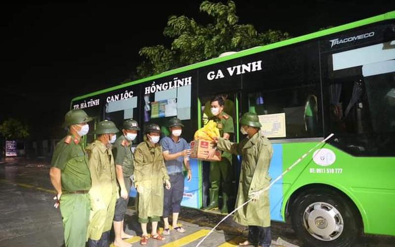 Hà Tĩnh: Điều xe buýt hỗ trợ các điểm chốt làm nơi trú trực phòng chống dịch Covid – 19 trong thời tiết mưa to