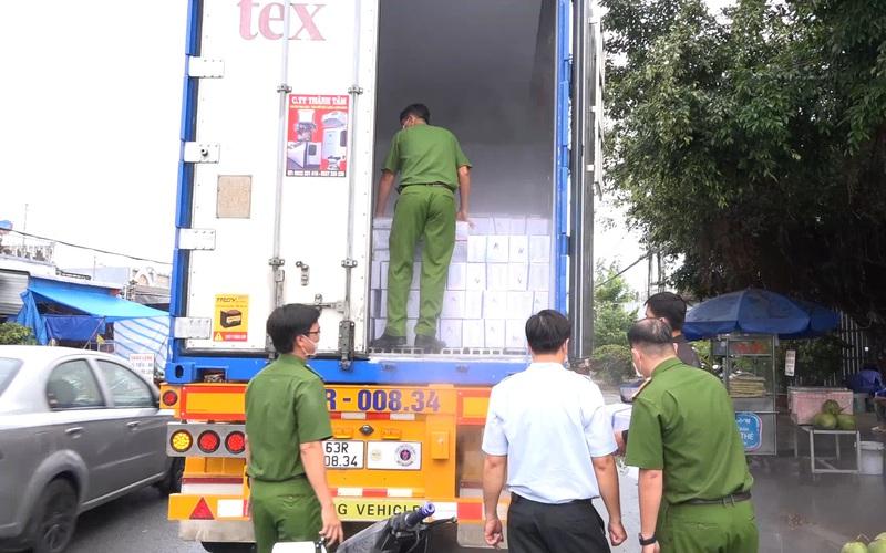 Clip: Bắt giữ xe container chở hơn 12,5 tấn tôm đã bị bơm tạp chất