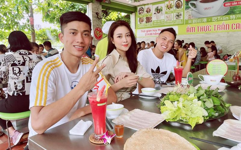 """Vợ xinh của Phan Văn Đức: """"Chiến thắng trở về sẽ đãi đặc sản quê nhà"""""""