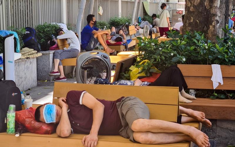 """Muôn cách """"ngả lưng, chợp mắt"""" giữa trưa nắng gần 50 độ tại bệnh viện Bạch Mai"""
