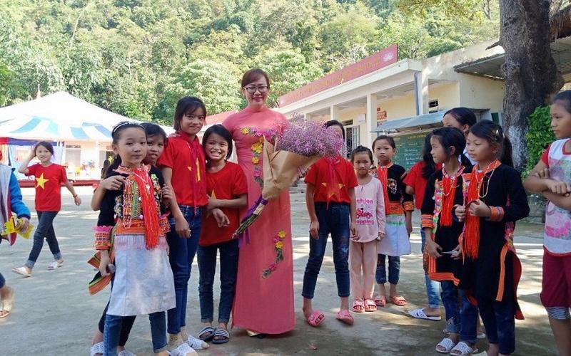 Cô giáo và hàng trăm lá thư của đám trò nghèo
