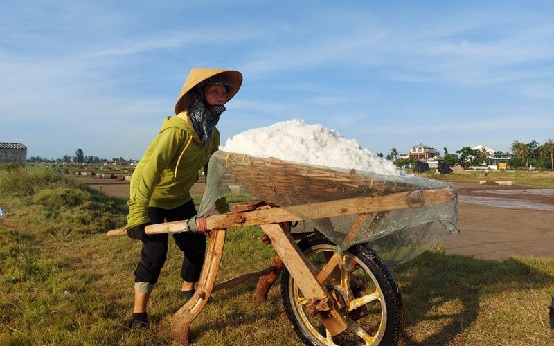 Quần quật làm việc giữa trưa nắng 40 độ C, diêm dân Nghệ An chỉ có thu nhập vài chục nghìn đồng
