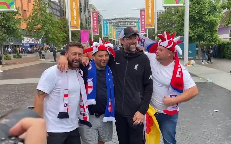 Nếu đã mãn nhãn xem Anh vs Đức so tài thì cũng đừng bỏ qua những hình ảnh cuồng nhiệt bên lề sân Wembley này