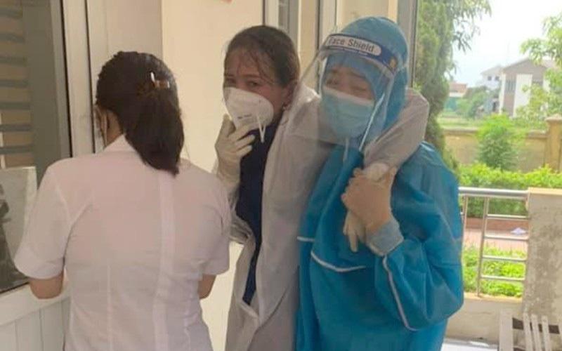Nữ điều dưỡng Hà Tĩnh kiệt sức, ngất xỉu vì lấy mẫu xét nghiệm Covid-19 không nghỉ