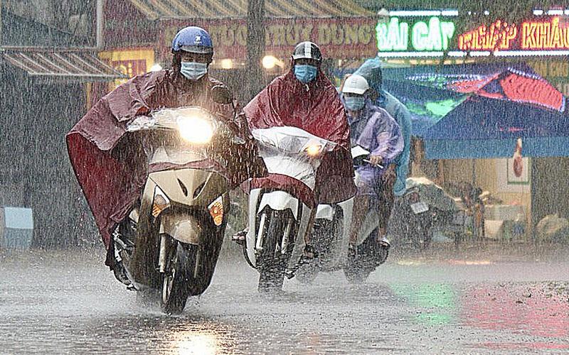 Bầu trời Hà Nội mưa liên tiếp, thời tiết mát mẻ sau nhiều ngày nắng nóng gần 40 độ C