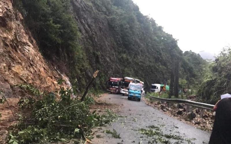 Lai Châu: Mưa lớn gây sạt lở, ách tắc cục bộ trên tuyến Quốc lộ 4D