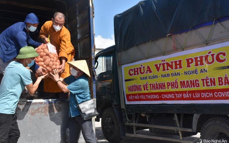 Nghệ An: Hàng trăm chuyến xe chở hơn 300 tấn hàng hóa yêu thương gửi người dân TP. HCM