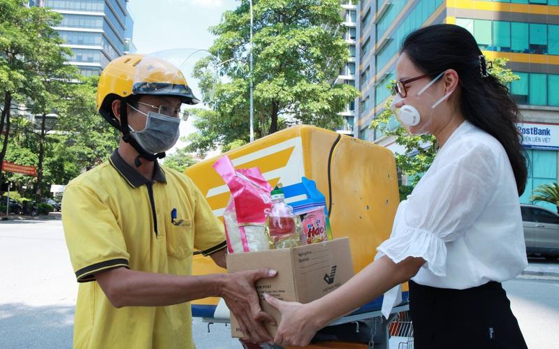 Ảnh: Làm việc xuyên dịch, nhân viên bưu chính đảm bảo hàng hóa được thông suốt