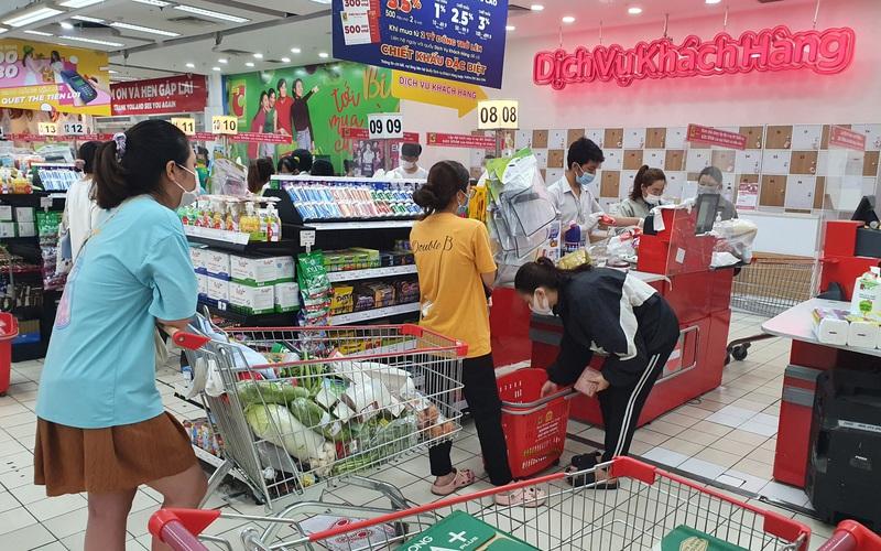 TP.HCM: Cuối tuần, giá rau hạ nhiệt, siêu thị đông, đứng cách nhau 1,5 mét