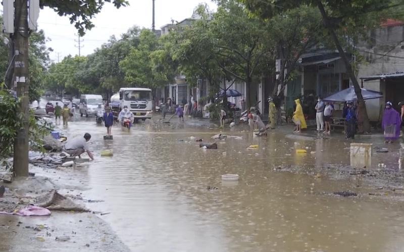Mưa lớn khiến nhiều tuyến đường tại thành phố Lào Cai ngập trong biển nước
