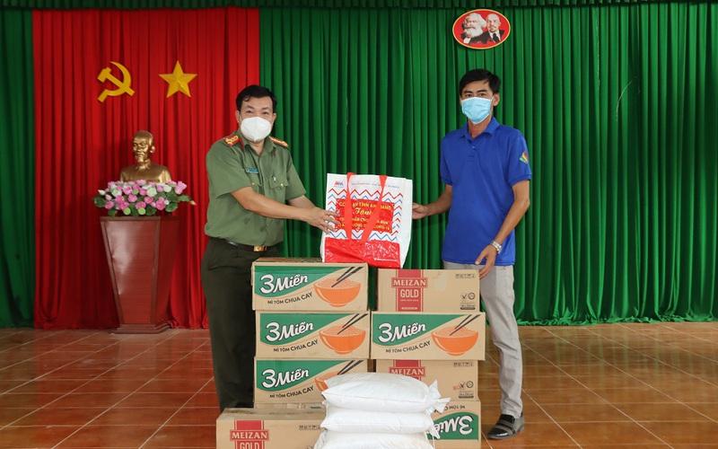 Công an An Giang tặng 15 tấn lương thực cho người dân khó khăn tỉnh Trà Vinh