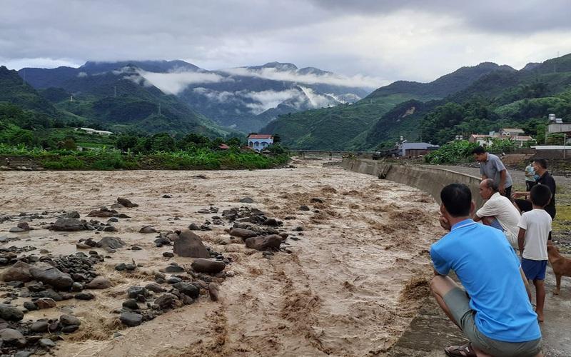 Sơn La: Lũ quét bất ngờ, 550 hộ dân phải sơ tán tạm thời
