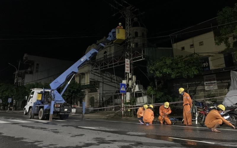 Khẩn trương khôi phục cấp điện cho 3.461 trạm biến áp do ảnh hưởng của bão Conson