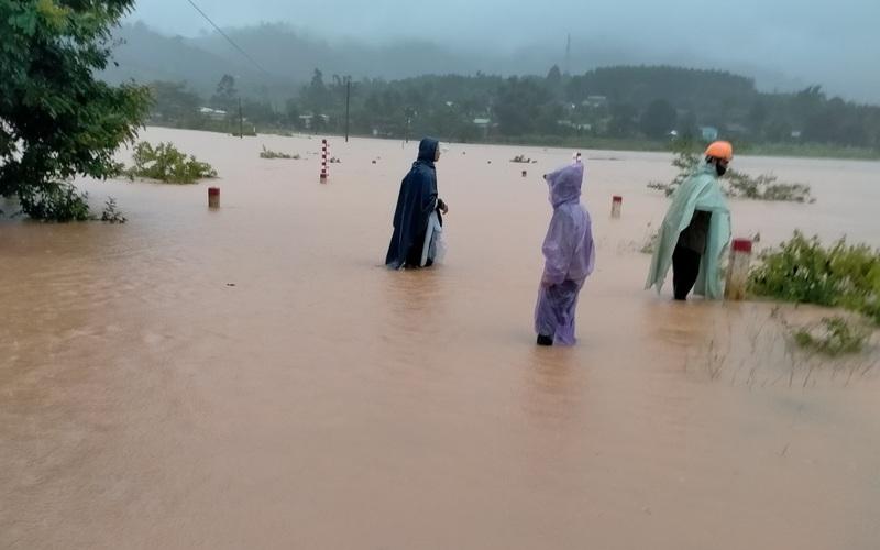 Bão số 5 suy yếu thành áp thấp nhiệt đới, miền Trung mưa lớn dồn dập