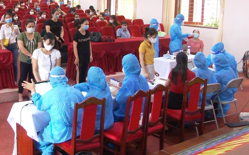 Video: Hải Dương lấy mẫu xét nghiệm hơn 1.600 cán bộ giáo viên huyện Tứ Kỳ trước khi học sinh đến trường