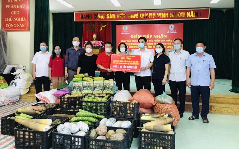 Nhân dân tỉnh Tuyên Quang gửi tặng 350 tấn nông sản đến người dân Hà Nội và các tỉnh miền Nam