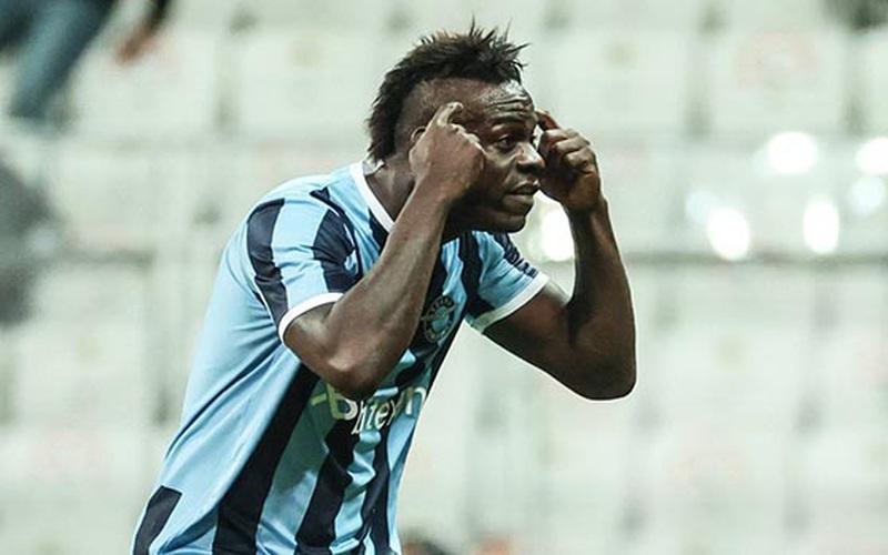 """""""Nã đại bác"""" ghi bàn, Balotelli ăn mừng khiêu khích HLV đối thủ"""