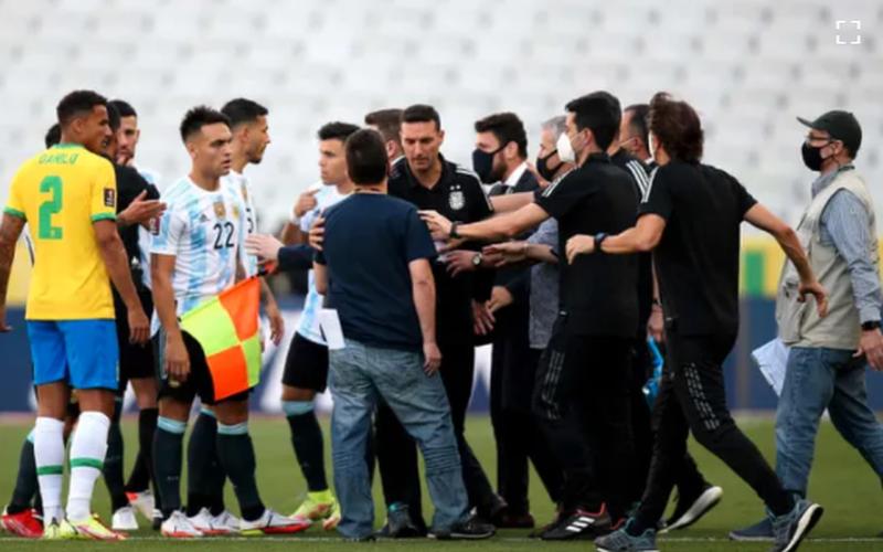 """SỐC: """"Siêu kinh điển"""" Brazil vs Argentina """"toang"""" sau... 7 phút thi đấu"""