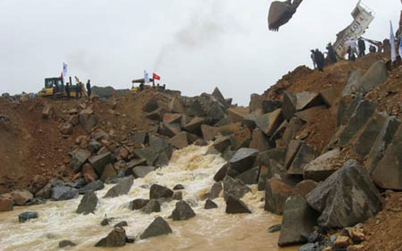 Chặn dòng đợt 2 hồ chứa nước Tả Trạch