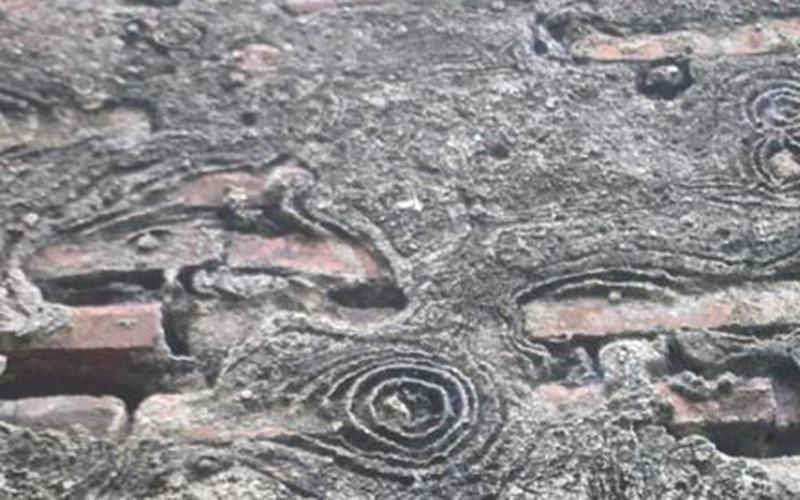 Kỳ bí hoa văn lạ bỗng dưng hiện trên nền giếng cổ
