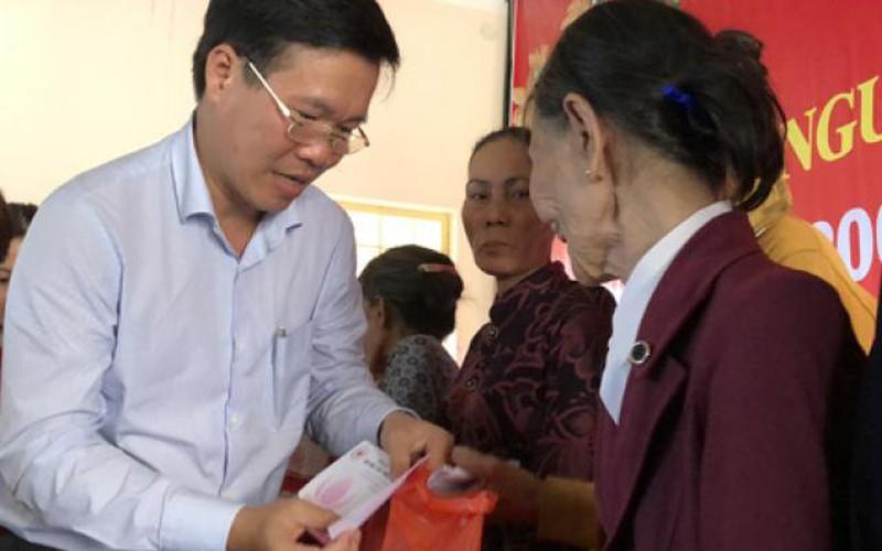 Quảng Ngãi: Trưởng ban Tuyên giáo TƯ tặng quà Tết cho người nghèo vùng lũ