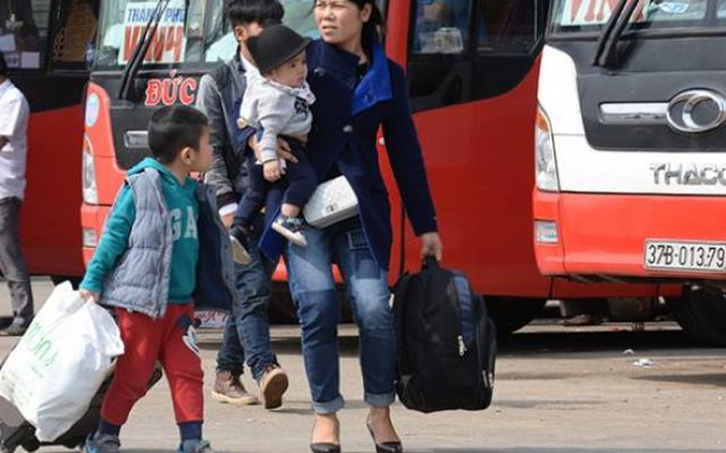 Chưa hết tết, các gia đình đã nháo nhác tìm đường ra Hà Nội
