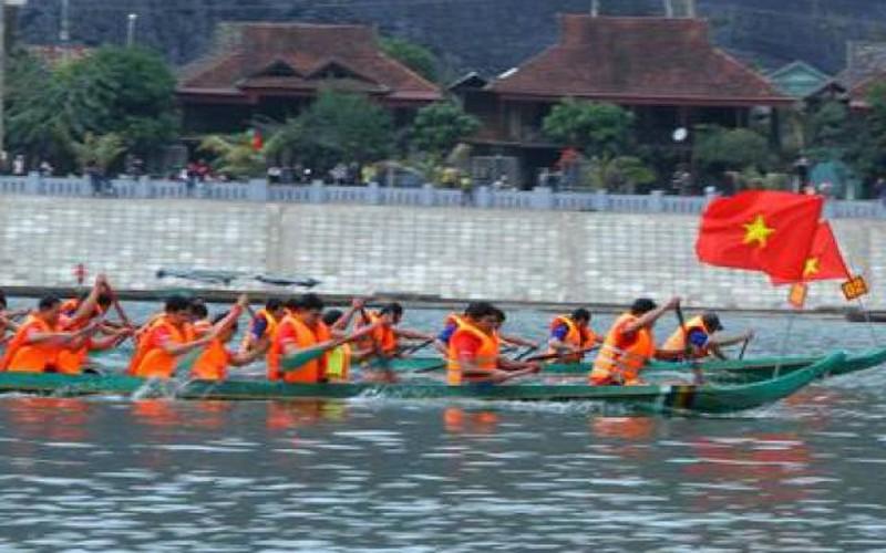 Ảnh-clip: Nghìn người về dự Hội đua thuyền đuôi én ở Mường Lay