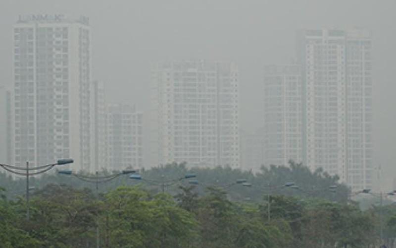 ẢNH: Nhiều tòa nhà ở Hà Nội chìm trong sương mù do ô nhiễm