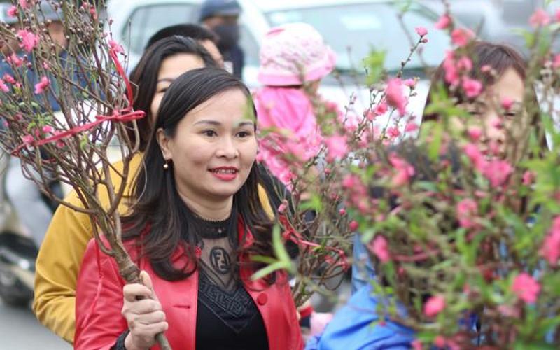 Đào, quất chen chúc giữa dòng người tại chợ hoa lớn nhất Hà Nội