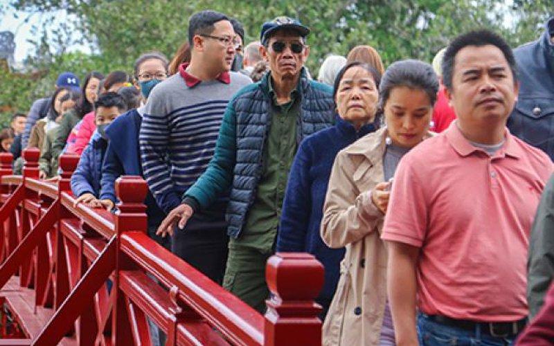 Người dân đổ về Hà Nội đông bất ngờ ngày mùng 2 Tết
