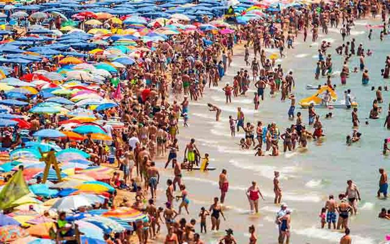 Dân Anh ùn ùn tới bãi biển Tây Ban Nha tránh nắng