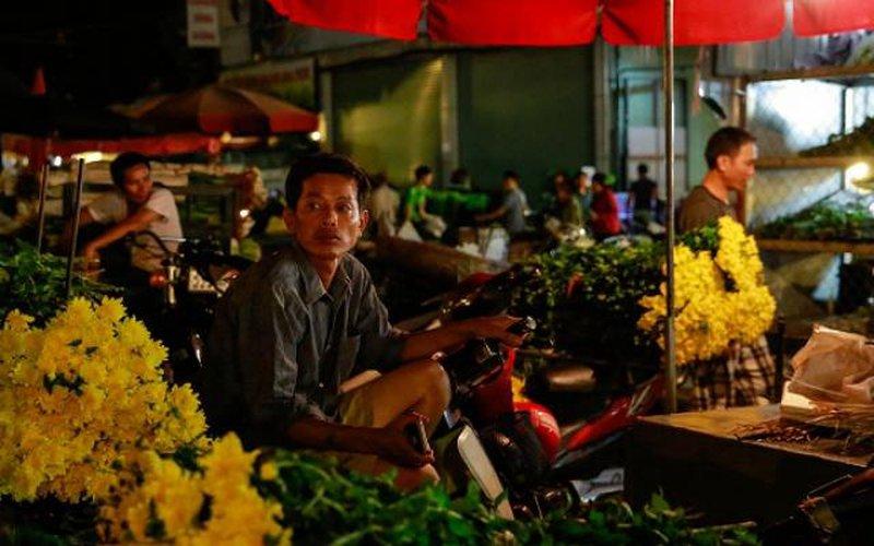 Đêm không ngủ ở chợ hoa lớn nhất Hà Nội