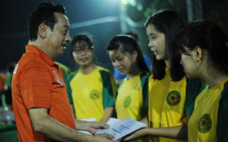 CLB V-Stars giao hữu, quyên góp 100 triệu đồng ủng hộ sinh viên nghèo