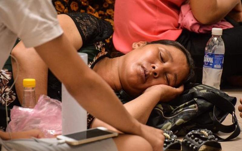 Bệnh nhân và người nhà ngột thở tìm nơi tránh nắng nóng đỉnh điểm