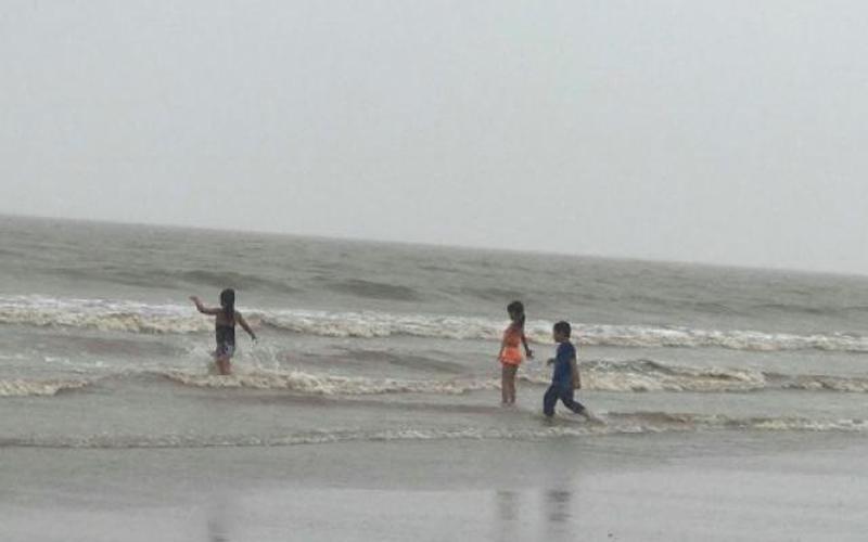 Bão số 2 đổ bộ, du khách vẫn vô tư tắm biển