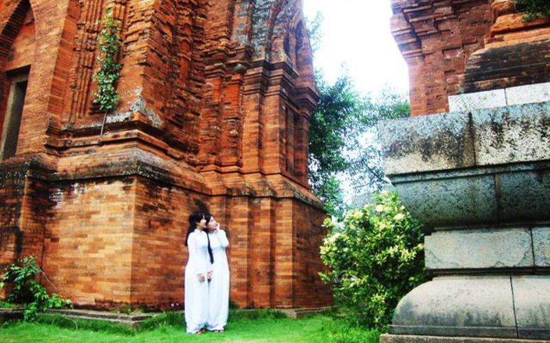 Vẻ đẹp đôi tháp Chăm ngàn năm tuổi giữa lòng thành phố